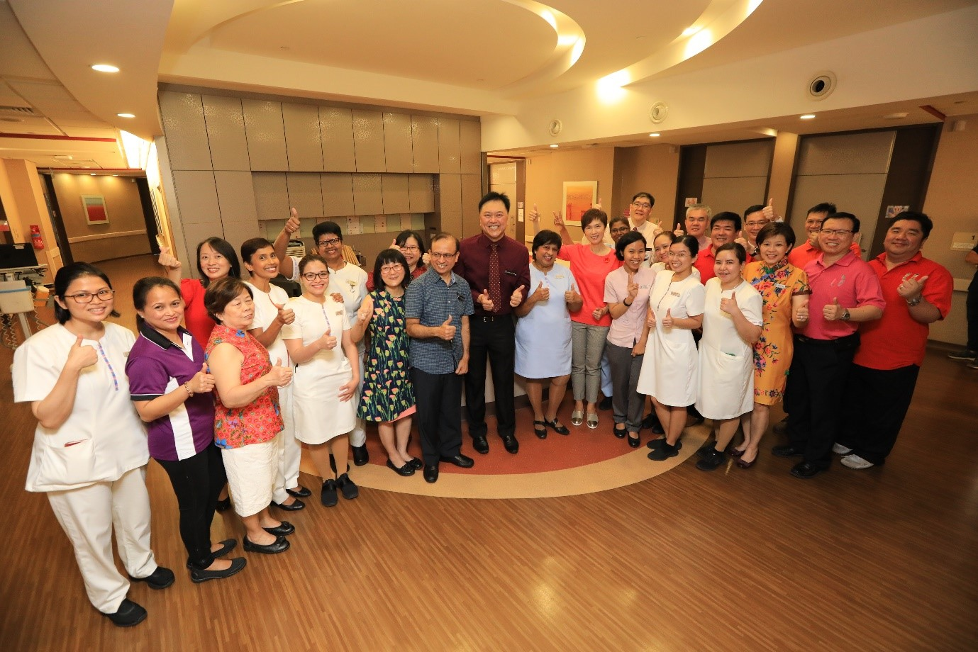 Minister Josephine Teo, senior management of KKH and members from Healthcare Services Employees' Union taking a group photo with the staff from Ward 82 maternity ward.