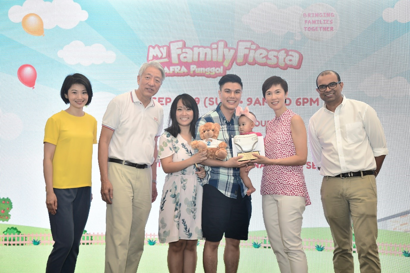 SM Teo, Minister Teo, SMS Dr Janil, and SPS Sun with one the winners of SAFRA Diaper Dash.
